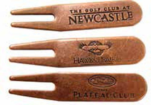 Metal golf divot tools with debossed logo